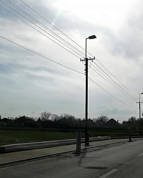 Épülő buszöböl (villanyoszloppal) a debreceni Gázvezeték utcán