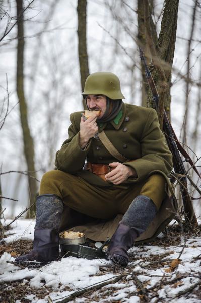 Egy hagyományőrző katona a 17. Doni Hősök Emlékmeneten Debrecen térségében 2017. január 26-án