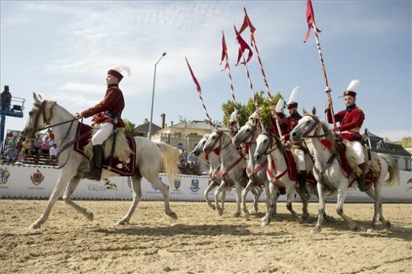 Hagyományőrző lovasok a Nemzeti Vágta megnyitóján