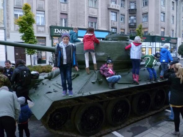Népszerű a Debrecenben felállított tank, azóta körbe is kerítették