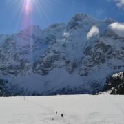 A befagyott tó és a hegyek