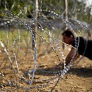 Átmászás a kerítés alatt