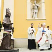Bosák Nándor püspök felavatja Csáky Imre szobrát