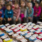 Arany-verssorokkal díszített sütit kaptak a diákok Nagyberényben