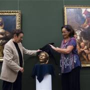 Ráckevei Anna (j) és Gyarmathy Ágnese bemutatja a maszkot