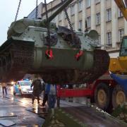 Levegőben a tank, leemelik a szállító járműről