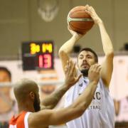 Dzseletovics dobása  Fotó: DEAC Kosárlabda