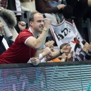 Ábrók Zsolt, mögötte Papp László polgármester - a vezérkar is jobban szeret a szurkolók között lenni  Fotó: dvsckezilabda.hu