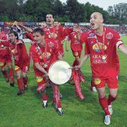 A győzelmi kupával Dombi Tibor és Sándor Tamás  Fotó: DVSC