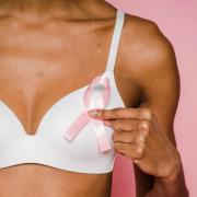 A rózsaszín szalag jelképe a mellrák elleni küzdelemnek  Fotók: pexels és Holnapom Egyesület