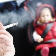 Gyermek az autóban és a füstben