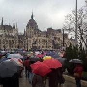 Esernyős tüntetők