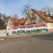 Az Ultras Debrecen szurkolói csoport köszönete a Klinikák bejáratánál