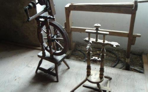 A készülő népi eszközök kiállítás rokája