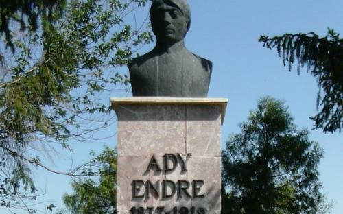 Ady Endre mellszobra a szülői ház mellett