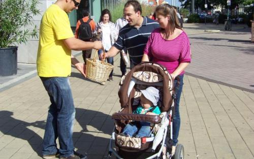 Erdei Péter aktivista egy családot kínál almával