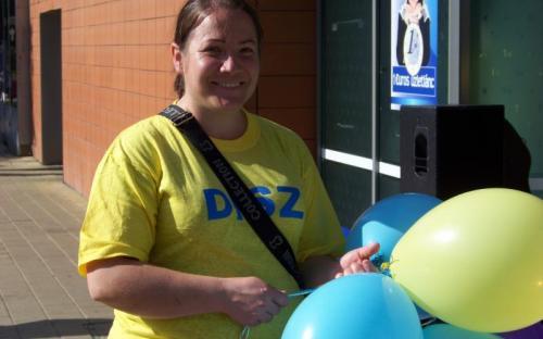 Sütő Barbara (24-es választókerület) lufikat osztott