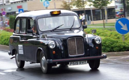 Angol taxi a veterán autók között