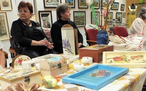 Az előtérben húsvéti kézműves kiállítás volt