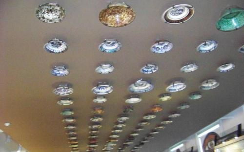 Etnó trezor: tányérok a plafonon