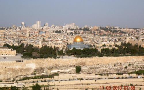 Jeruzsálem panorámája az Olajfák hegyéről az Aranymecsettel
