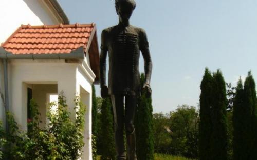 Kölcsey szobra a templomkertben