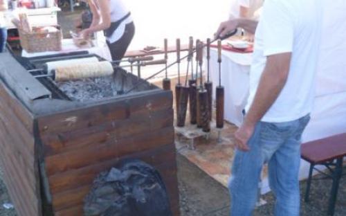 Készül a kürtős kalács