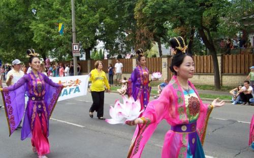 Színes, látványos ruhák a nemzetközi csoportban