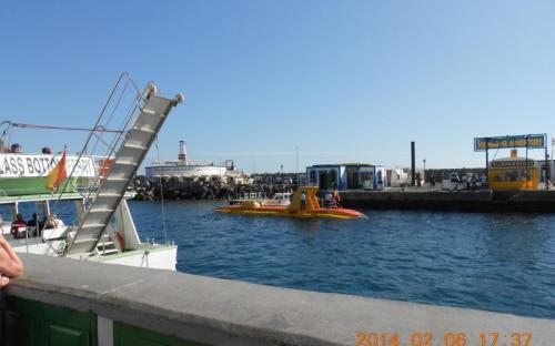 A sárga tengeralattjáró Puerto Mogan kikötőjében