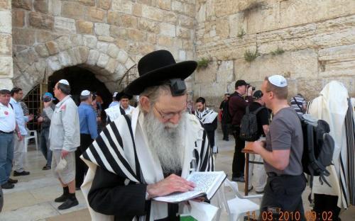 Ortodox zsidó a siratófalnál