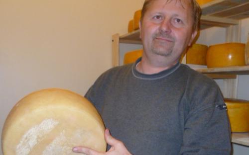 A mester egy két és fél kilós sajttal