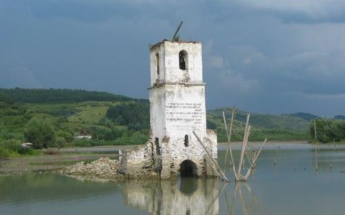 A megrogyott templom