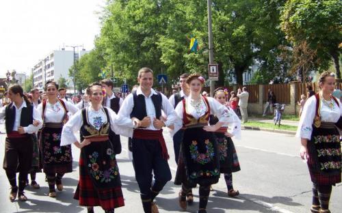 Szerbek gyönyörű népviseletben