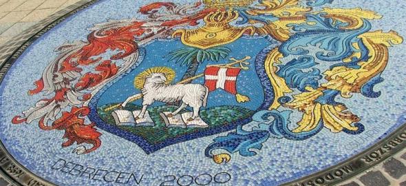 Debrecen címere a főtéren, Cs. Uhrin Tibor alkotása