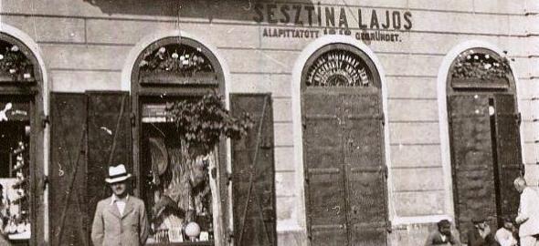 Sesztina Piac utcai vaskereskedése eőtt áll Sesztina Jenő  Fotó: Debreceni Képeslapok (megosztotta: Balázs Csaba)
